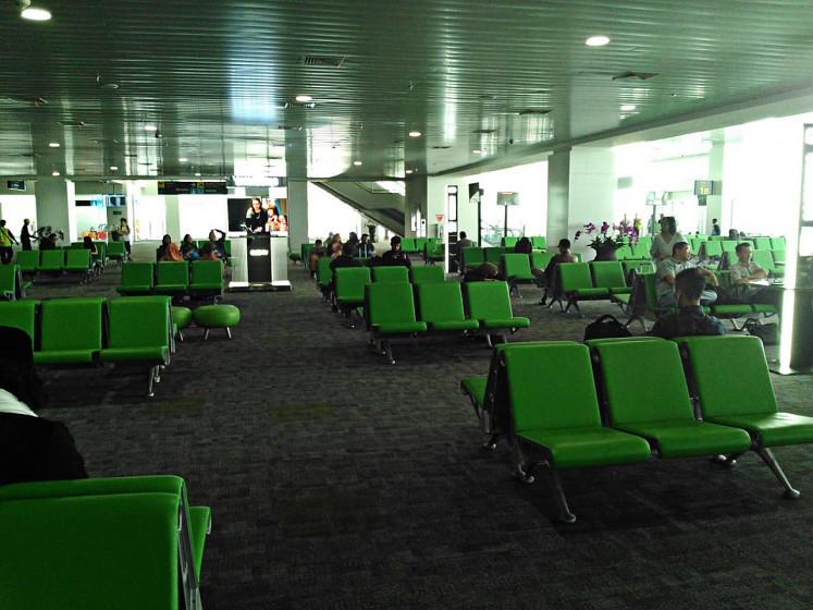 Perjalanan yang menyenangkan: Penumpang menunggu pesawat mereka di ruang keberangkatan Bandara Internasional Ahmad Yani di Semarang, Jawa Tengah, pada tanggal 6 Juni.